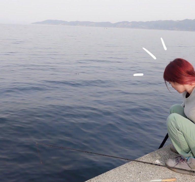人気釣り関西美人マルコスが巨大魚と死闘!後ろは秦拓馬さん