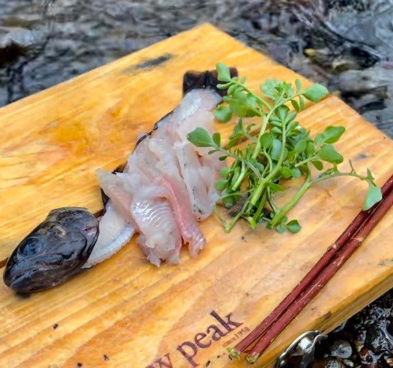 目を見張るような大自然の渓流で釣った川魚をその場で刺身にして食ってみる